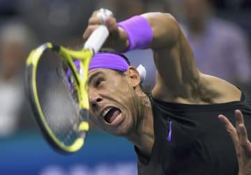 男子シングルス準決勝 サーブを放つラファエル・ナダル=ニューヨーク(共同)