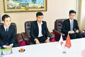 青山市長を表敬訪問した在北海道ベトナム人協会室蘭支部の幹部3人