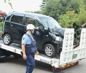 現場から運ばれる前部が大破した軽自動車