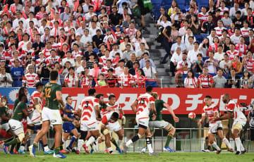 南アフリカと熱戦を繰り広げるラグビー日本代表の田村(右から2人目)ら=6日午後7時40分、埼玉・熊谷ラグビー場