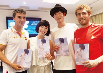 江の島で行われたワールドカップで銀メダルを獲得したニコラス・ロドリゲス選手(右)とジョルディ・シャマル選手に渡す2人