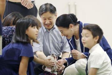 秋田県動物愛護センターで、子どもたちと言葉を交わされる天皇、皇后両陛下=7日午後、秋田市