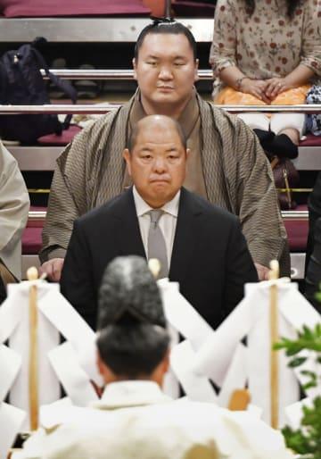 土俵祭りに出席した横綱白鵬(奥)と日本相撲協会の八角理事長=7日、東京・両国国技館