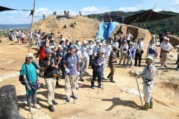 多彩な防御施設群が明らかになった南山城跡を見学する参加者