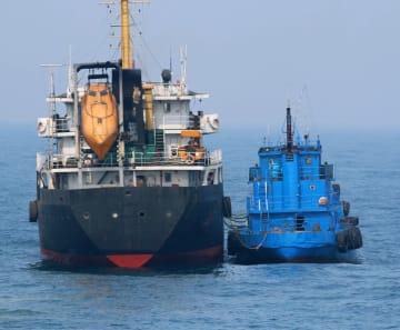 3月、東シナ海の公海上で「瀬取り」を行ったと疑われる北朝鮮タンカー(左)と船籍不明の小型船舶(防衛省提供)