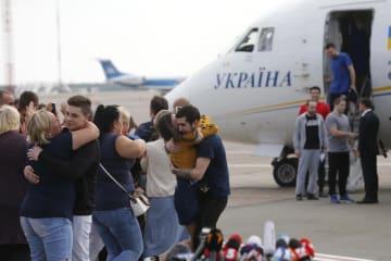 7日、ロシアから解放され、ウクライナ・キエフの空港に到着した捕虜ら(AP=共同)