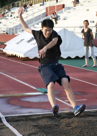 走り幅跳びの練習をする池田悠華さん=鹿屋市の鹿屋体育大学