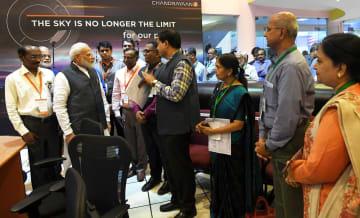 7日、インド南部ベンガルールのインド宇宙研究機構で、モディ首相(左から3人目)と話す科学者ら(ロイター=共同)