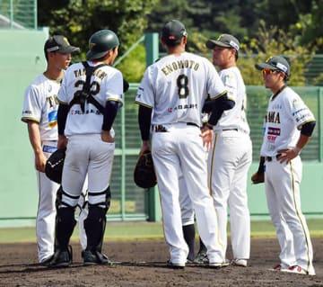 福井-富山 4回、ピンチの場面でマウンドに集まる富山ナイン=福井フェニックススタジアム