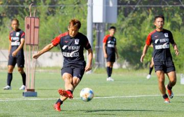 四国ダービーを前にシュート練習に励む愛媛FCの選手=7日、愛フィールド梅津寺