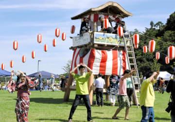 大熊町役場新庁舎前の広場に設けたやぐらを囲み、盆踊りを楽しむ参加者