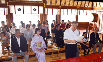 献詠式に臨む入賞者や選者=7日、大阪市北区の大阪天満宮