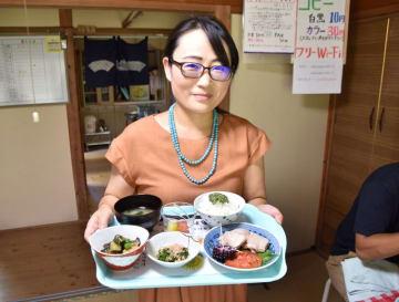 「おもしろい」野菜のPR活動に取り組む清水さん=鋸南町のしあわせカフェ