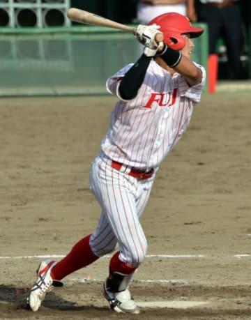 富士大-ノースアジア大 3回表富士大1死二塁、吉田開が左越えに2点本塁打を放ち、3-0とリードを広げる=県営