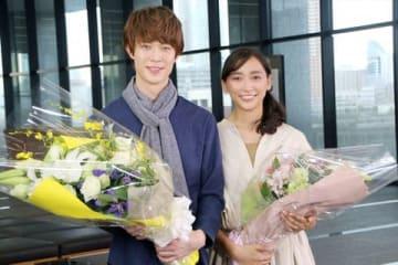 連続ドラマ「偽装不倫」のクランクアップを迎えた宮沢氷魚さん(左)と杏さん