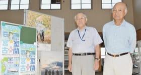宮蘭フェリーに乗ってガイドの勉強会に臨む野村会長(左)と川村事務局長