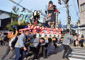 威勢の良い掛け声とともに神明社に向かう曳山