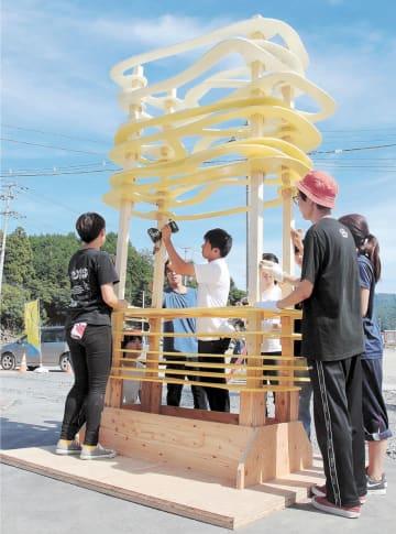 荻浜地区に設置する「たゆたう屋台」の仕上げ作業をする宮城大の学生