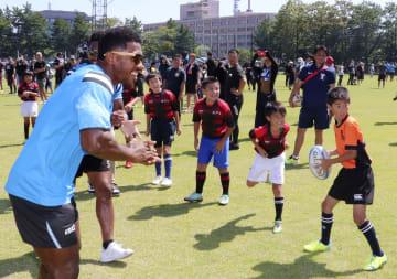小学生を指導するラグビーW杯フィジー代表の選手(左)=8日、秋田市