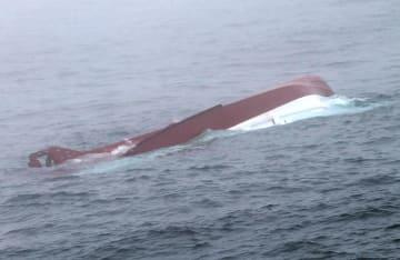 北海道襟裳岬沖で転覆したマグロはえ縄漁船「第18鴻丸」=8日(釧路海上保安部提供)