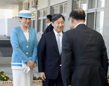 全国豊かな海づくり大会の式典会場に到着された天皇、皇后両陛下=8日午前、秋田市