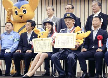 秋の全国交通安全運動を前に開かれたイベントに登場したトリンドル玲奈さん(前列中央)=8日午後、東京都の豊島区役所