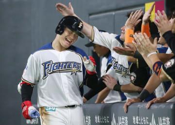 8回、本塁打を放ちチームメートから祝福を受ける日本ハム・清宮=札幌ドーム