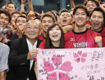 総合優勝した日本大の男子選手らと笑顔で記念写真に納まる池江璃花子選手(中央)=8日、東京辰巳国際水泳場
