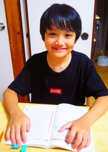 国家資格危険物取扱者丙種に合格し喜ぶ神森小6年の仲里悠咲さん=5日、浦添市内の自宅