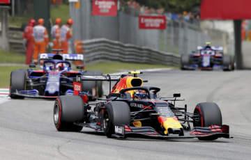 自動車F1シリーズ、イタリアGPで走行するレッドブル・ホンダのアレクサンダー・アルボン=モンツァ(ゲッティ=共同)