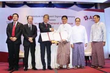 合弁事業の覚書にサインした損保ジャパン日本興亜ヤンゴン事務所の岡田主席駐在員(左から3人目)とAMIミャンマー損保のミョー・ミン・トゥ社長(同4人目)=7日、ヤンゴン(NNA)