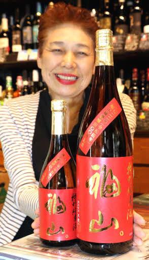 福山城築城400年に向け企画した日本酒「福山。」をPRする前田社長