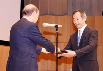 石井知事(左)から委嘱状を受け取る梶田氏=富山国際会議場