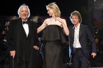 ベネチア国際映画祭に出席するミック・ジャガーさん(右)とドナルド・サザーランドさん(左)=7日、イタリア・ベネチア(AP=共同)