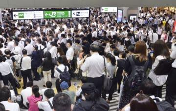 台風15号の影響で首都圏のJR在来線の「計画運休」が実施され、通勤客でごった返す浦和駅=9日午前、さいたま市