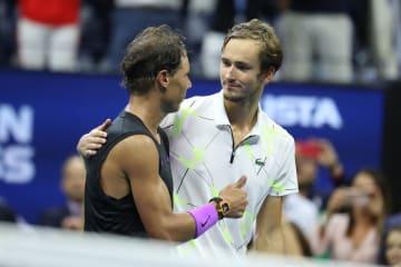 「全米オープン」決勝戦後にナダル(左)を称えるメドベージェフ(右)