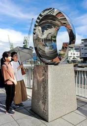 「8時間労働発祥の地」として建立された記念碑。経済産業省の「近代化産業遺産」にも指定されている=神戸市中央区東川崎町1