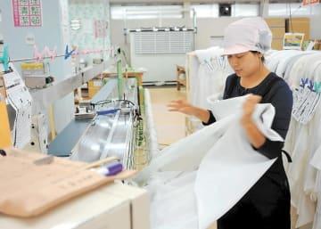 ユニベール仙台工場で働く実習生。「仲間もいて仕事は楽しい」と話す