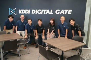 企業や地域の社会課題を解決しながらデジタル変革や新たなビジネス創出を支援する「KDDI DIGITAL GATE 沖縄」の山根隆行センター長(右)とメンバーら=5日、那覇市松山の沖縄セルラービル2階