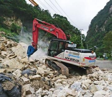 無人の重機で県道にたまった落石を取り除く作業(和歌山県田辺市上秋津で)=和歌山森林管理署提供