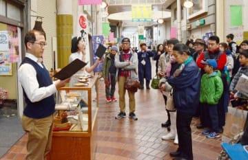 昨年度のワークショップの一環で、表町商店街で行った街頭劇の様子=今年3月