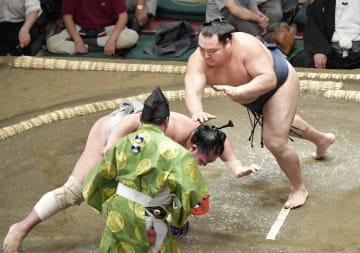 鶴竜(右)がはたき込みで北勝富士を破る=両国国技館