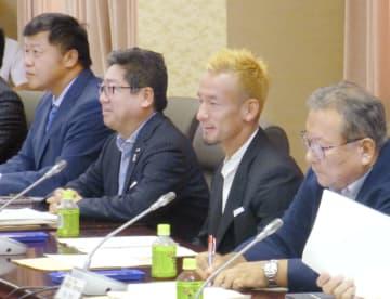 国税庁の検討会に出席したサッカー元日本代表で、日本酒販売促進会社代表の中田英寿さん(手前から2人目)=9日午後