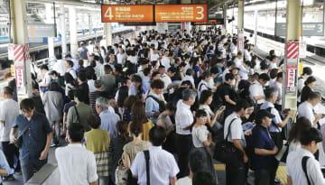 台風15号の影響で東海道線のダイヤが大幅に乱れ、電車を待つ人で混雑するJR藤沢駅のホーム=9日午後、神奈川県藤沢市