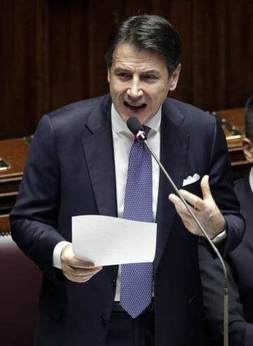 議会で演説するイタリアのコンテ首相=9日、ローマ(AP=共同)