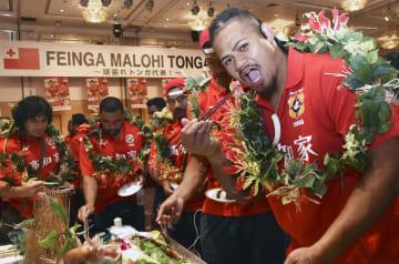 高知市で開かれた歓迎パーティーで刺し身を楽しむラグビーW杯トンガ代表の選手ら=9日
