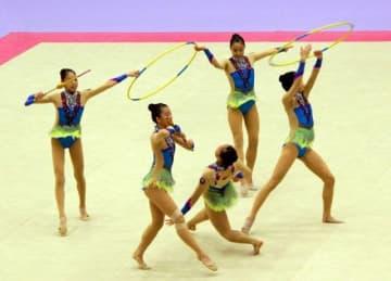 新体操で過去最高の5位に食い込んだ岡山の団体の演技=日立市民運動公園総合体育館
