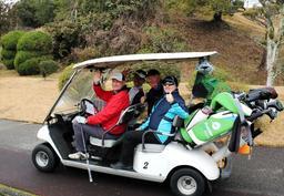 ゴルフツーリズムを推進する神戸観光局などの主催イベントで、プレーを楽しむ外国人ら=三田市内(同局提供)