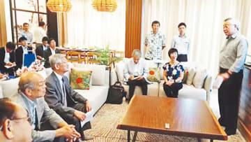 コンドミニアムで視察団と意見を交わすグーン氏(右)=マレーシア・ジョホールバル