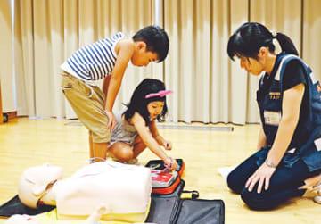 AEDの使い方を教わる子ども